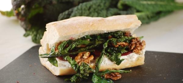 Schwarzkohl Sandwich mit Rote Bete, Walnuss und Ziegenkäse