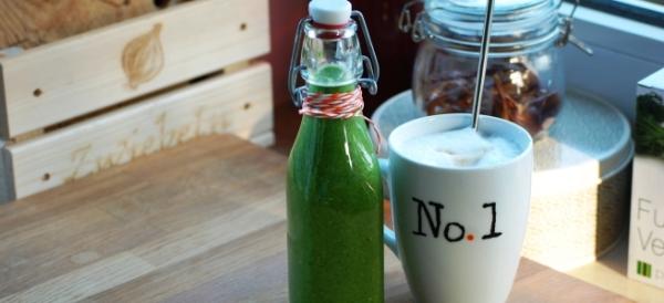 Frühstück ist fertig: Grüner Smoothie und Kaffee
