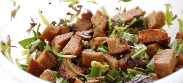 Brotsalat mit Rübstiel und Champignons
