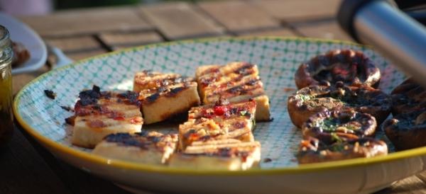 Tofu und Champignons gegrillt