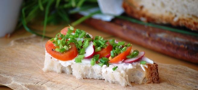 Brot mit Tomaten, Radieschen und Schnittlauch