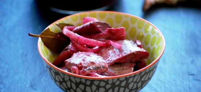 Eingelegter Hering mit Brombeeren roten Zwiebeln und Senf