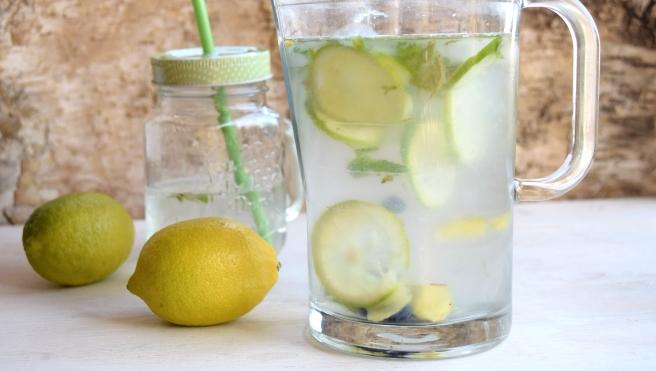 Sommerwasser mit Zitronen, Blaubeeren und Minze